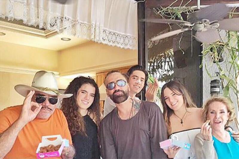 El Potrillo y Vicente Fernández festejaron este domingo en Guadalajara, en el recién inaugurado negocio del hijo de Alejandro, ahí se reunió parte de la familia.