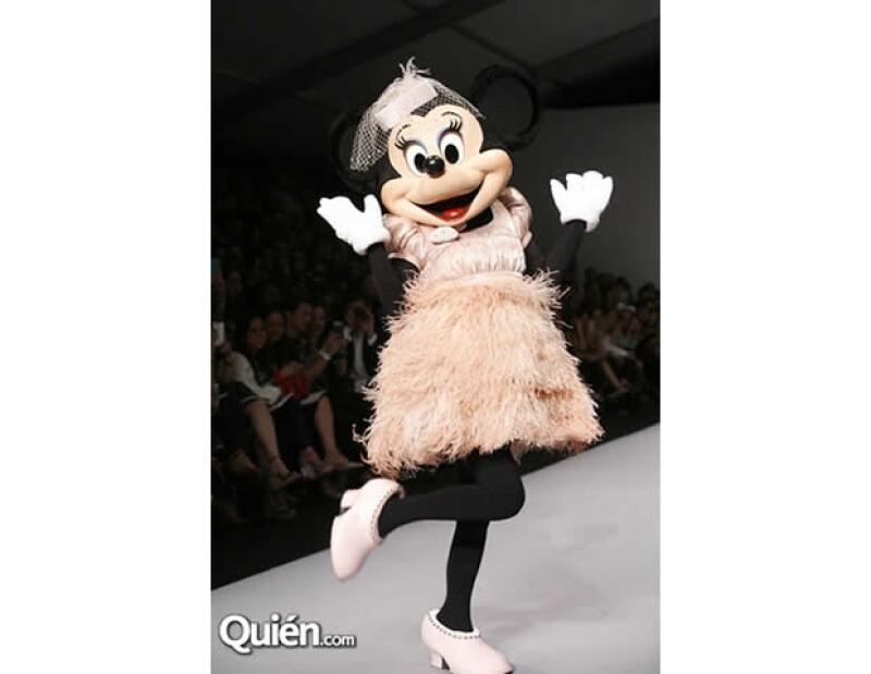Ayer por la noche, la diseñadora Paola Wong presentó su más reciente creación, donde la famosa ratoncita fue la estrella.