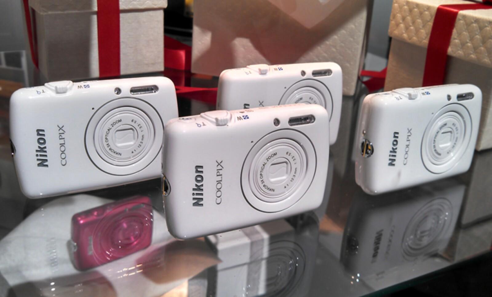 Esta pequeña cámara tiene un tamaño menor a 7 centímetros de largo, un avance en el diseño de la compañía japonesa.