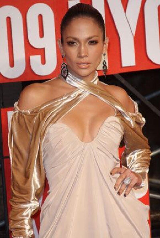 Antes de que salga su nuevo disco en enero de 2010, la cantante y actriz lanza el tema bailable llamado `Fresh Out of the Oven´, el cual interpreta con el rapero Pitbull.