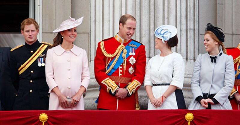 La princesa Beatrice con la familia real inglesa.