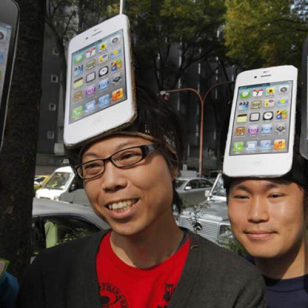 """Los expertos, tras un frío recibimiento del teléfono, se han centrado en """"Siri"""" para explicar el éxito de sus pedidos."""