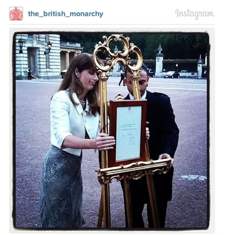 El documento firmado por el ginecólogo de Kate confirmando el nacimiento del bebé fue mostrado frente al Palacio de Buckingham.
