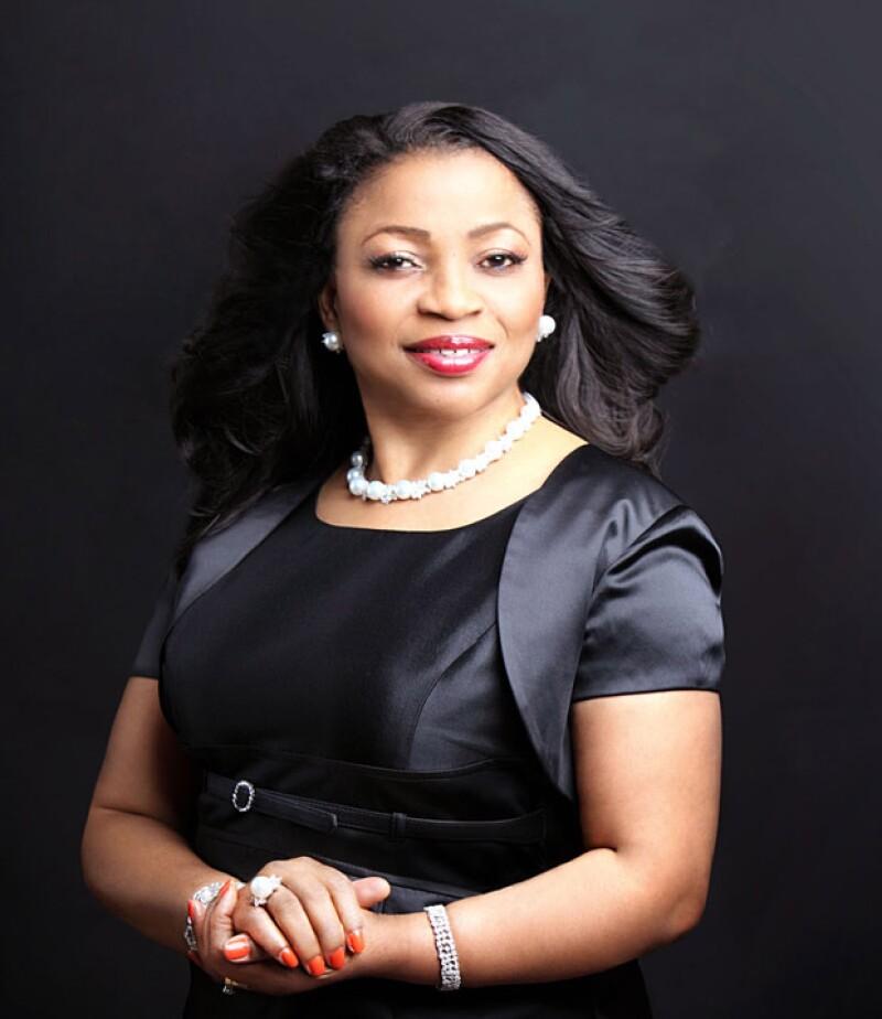 Se trata de la nigeriana de 62 años Folorunsho Alakija, cuya fortuna asciende a los 7.3 billones de dólares, de acuerdo con cifras de la revista Forbes.