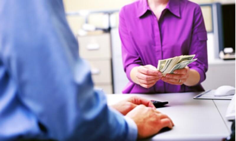 Para conseguir recursos y resolver su enduedamiento, los estados y municipios deben aprender a cobrar impuestos locales. (Foto:Getty Images)