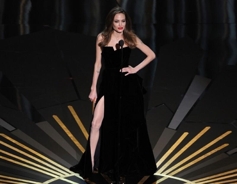 La sexy pierna derecha de la actriz que fue presumida por ella con exageradas poses, fue uno de los temas más hablados en la entrega de los premios Oscar.