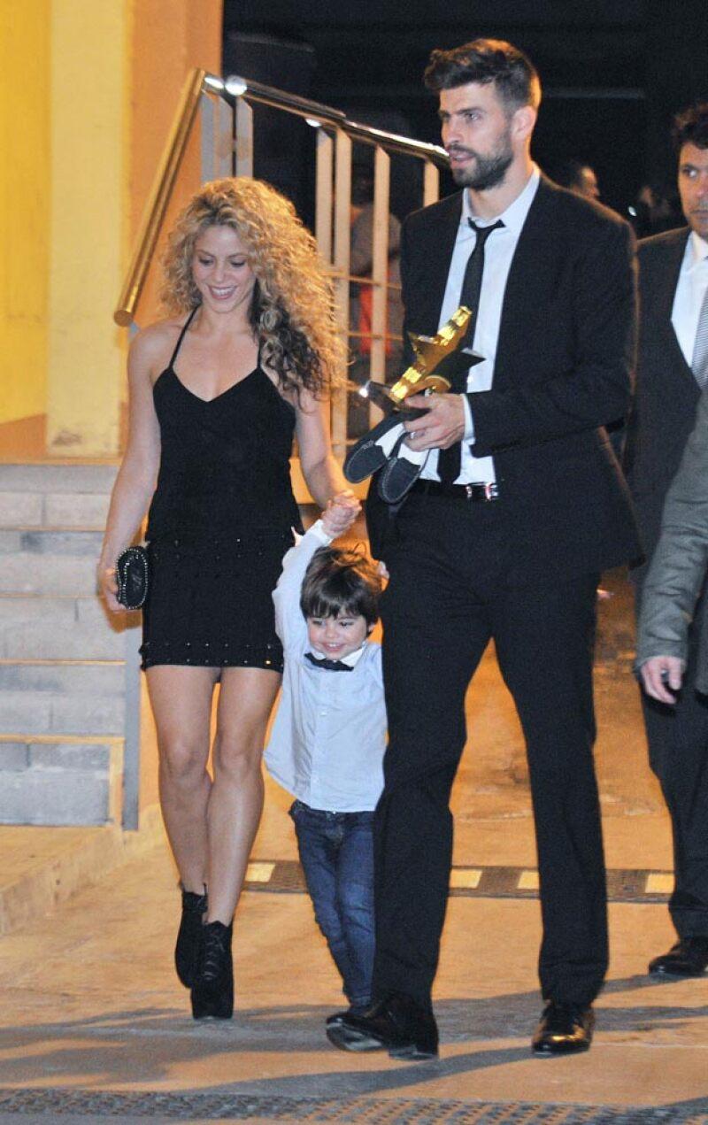 A la salida del evento, parece que Milan anduvo muy travieso, pues hasta se quitó sus zapatitos, mismos que Gerard llevaba en la mano.