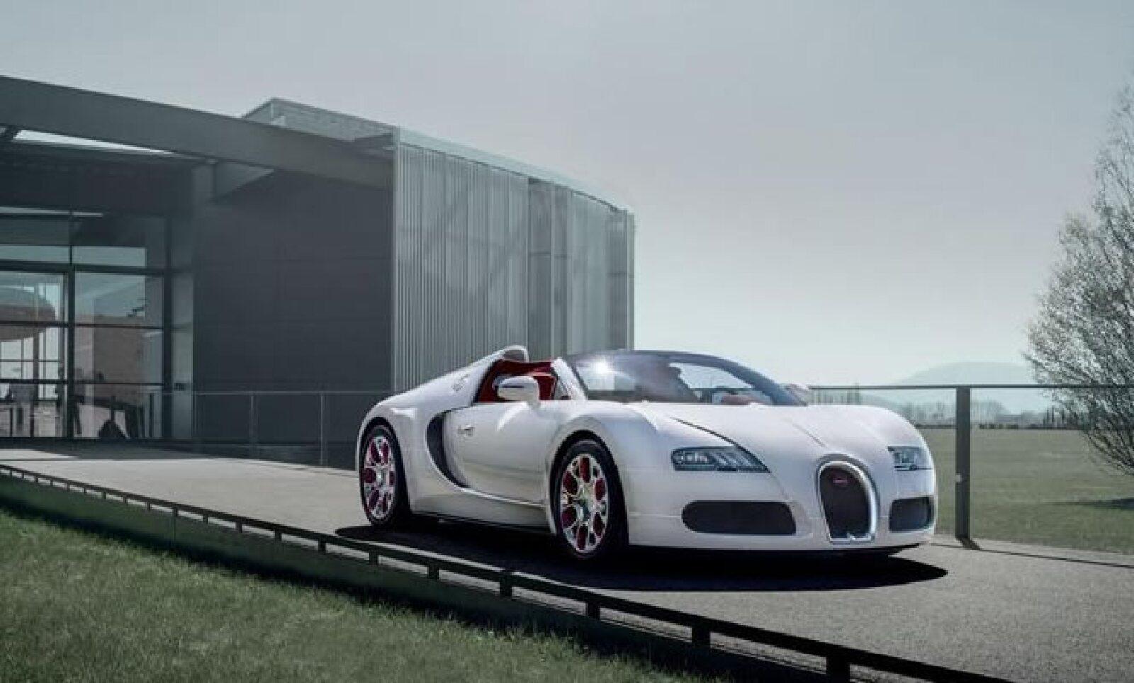 Tiene un motor de 7.9 L W16 con 1,200 caballos de fuerza y su torque es de 1,106 Lb-pie.