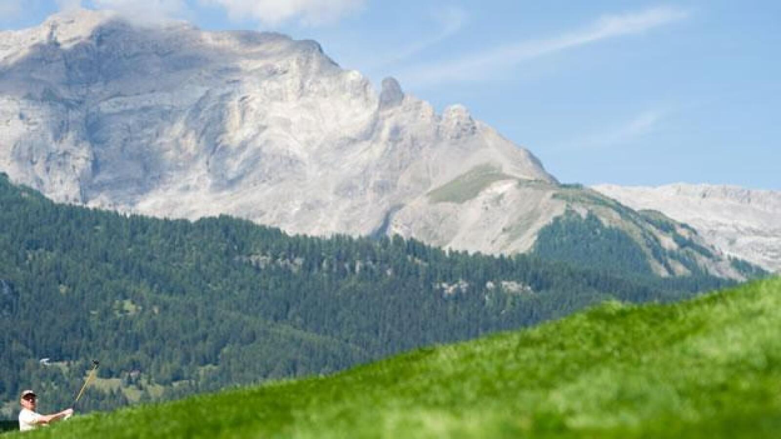 Torneo de golf en las montañas de Suiza