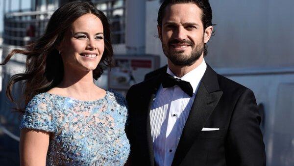 La boda real de Carlos Felipe y Sofía será mañana en Estocolmo. Muchos detalles se saben, como que la princesa Estelle será quien lleve los anillos, pero se desconoce quién es el diseñador del vestido de novia.