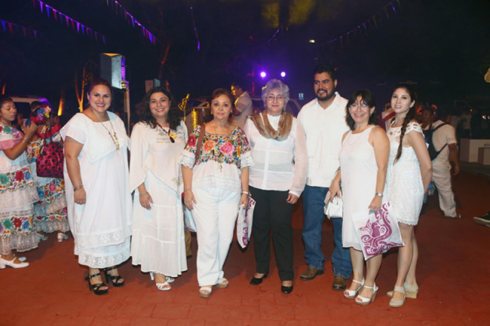Dony Romero, Verónica García, Gladys Cervantes, Beatriz Rodríguez, Cristobal León, Rita Castro y Paola Peniche
