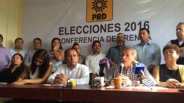 José Anotnio Estefan Garfías (izquierda) buscará impugnar la elección de gobernador que le da el triunfo al priista Alejandro Murat Hinojosa.