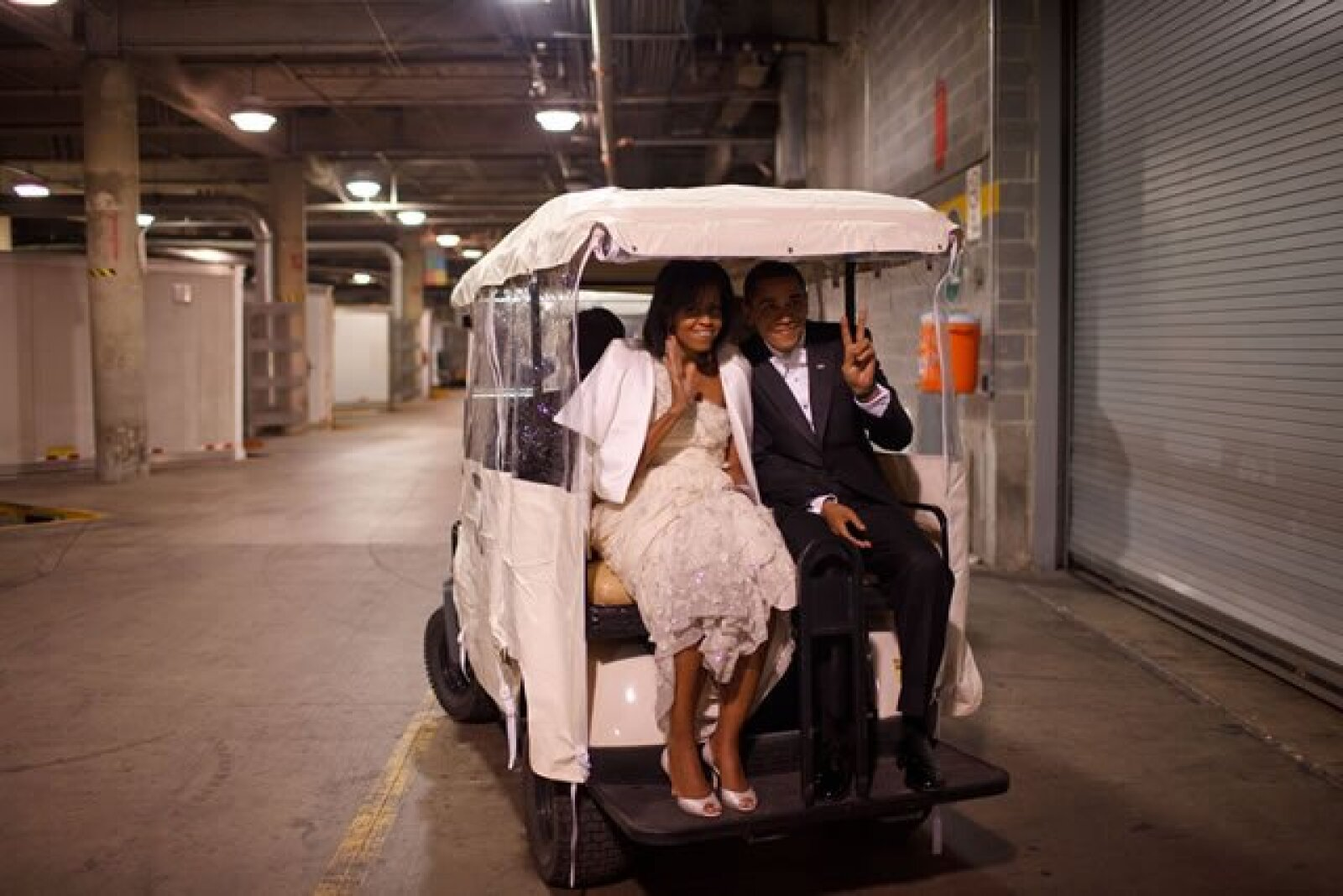 La pareja presidencial se dirige al Inaugural Ball en un carrito de golf.