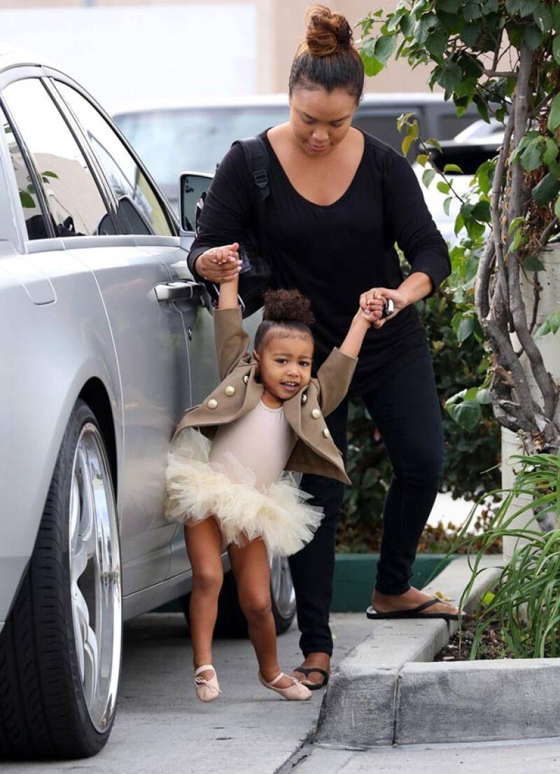 Incluso antes de que naciera, la hija de Kim y Kanye ha estado en el radar de los medios, por lo que a sus dos años ya sabe lidiar con el acoso de los fotógrafos.
