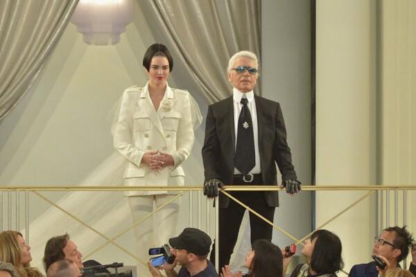 Kendall Jenner cerrando la pasarela de Chanel con Karl Lagerfeld
