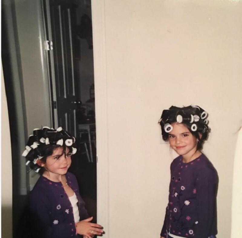 Pocas son las ocasiones en las que podemos ver a las hermanas Jenner de pequeñas (excepto por KUWTK). Sin embargo, Kylie ha compartido una foto con su hermana bastante peculiar.