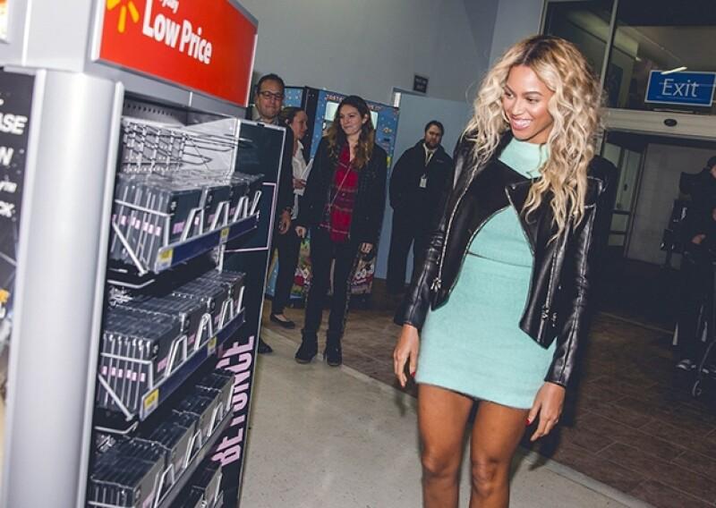 La cantante sorprendió a sus fans con una visita inesperada a una conocida tienda en la que convivió con los presentes, dio regalos y deseó una feliz navidad a todos.