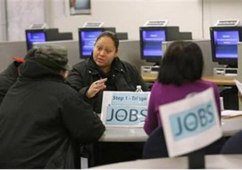 Hubo 6.1 personas buscando empleo por cada puesto disponible en EU durante diciembre. (Foto: Reuters)