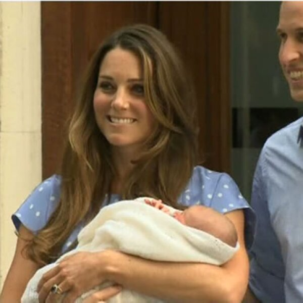 El príncipe de Cambridge peso 3 kilos 800 gramos y nació a las 4:24 pm.