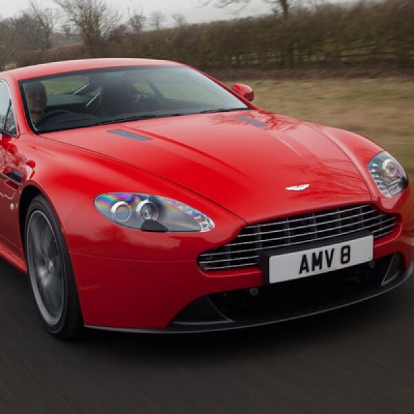 Es capaz de alcanzar las 205 mph, es la producción en serie más rápida de Aston Martin. Los 565 caballos de fuerza permite experimentar la prisa sin censura.