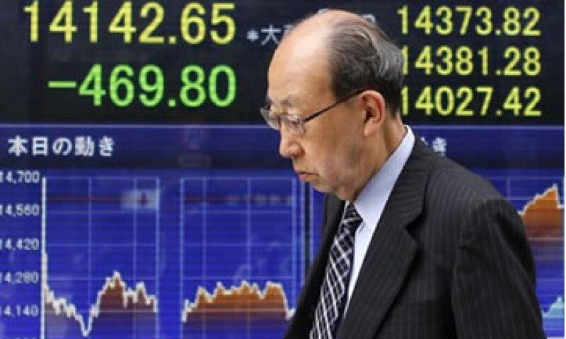 Tras el fuerte descenso en el Nikkei la semana pasada, los inversores buscaron la seguridad de la deuda pública. (Foto: Reuters)