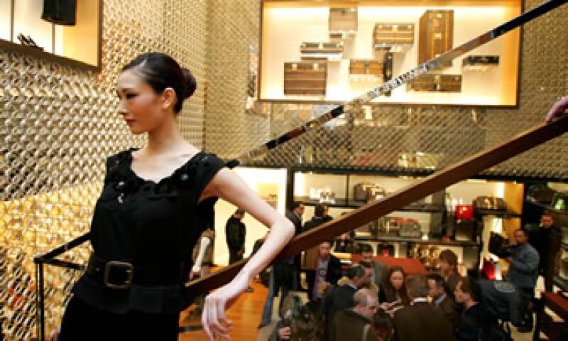 La nueva tienda LV en Shanghai es de 4 pisos y cuenta con esculturas de acero.  (Foto: AP)