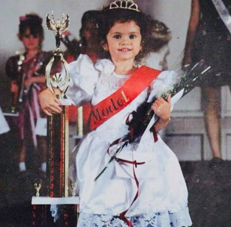 La cantante compartió con sus followers de Twitter un encantador Throwback Thursday de su pasado; el momento en que ganó un concurso de belleza a los cinco años de edad.