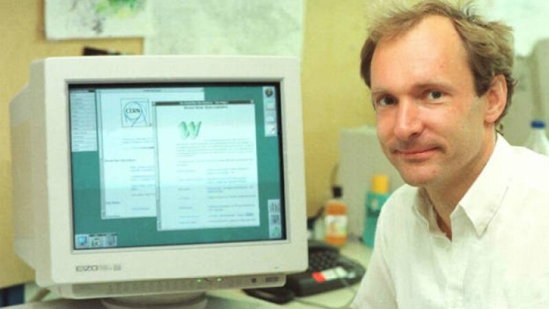 Tim Berners-Lee, creador del internet, conectado a una computadora en 1994