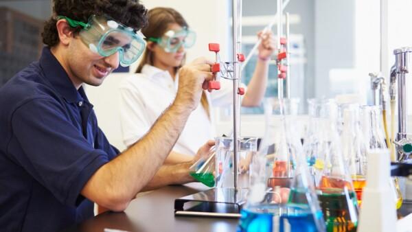 Jóvenes investigadores en laboratorio