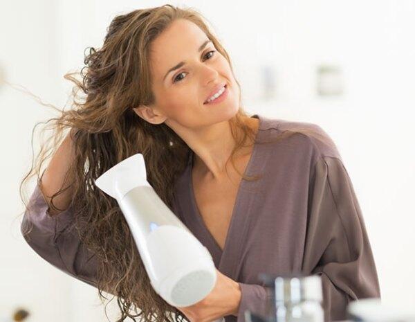Usa algún serum, aceite o crema de pelo para protegerlo de las altas temperaturas cuando lo seques.