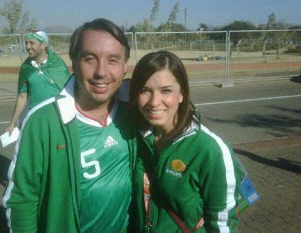 El presidente del Grupo Televisa, Emilio Azcárraga, y Laura Gii, se ponen la verde para el encuentro entre México y Uruguay.