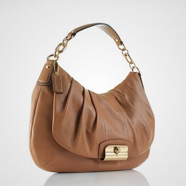 La marca estadounidense de lujo Coach lanza su colección para otoño-invierno 2010, basada en colores oscuros y tonos de arena y desierto