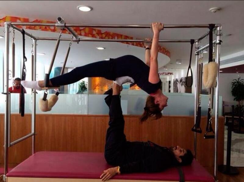 En una fotografía publicada en Twitter vemos a la futura mamá de Sebastián suspendida de una cama de pilates con apoyo de un instructor.