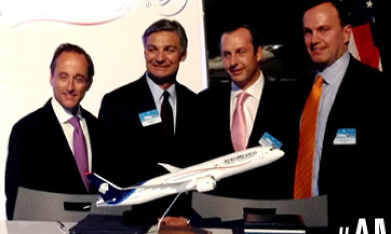 Directivos de Aeroméxico firmaron este viernes la entrega del Boeing 787. (Foto: tomada de aeromexico.com)