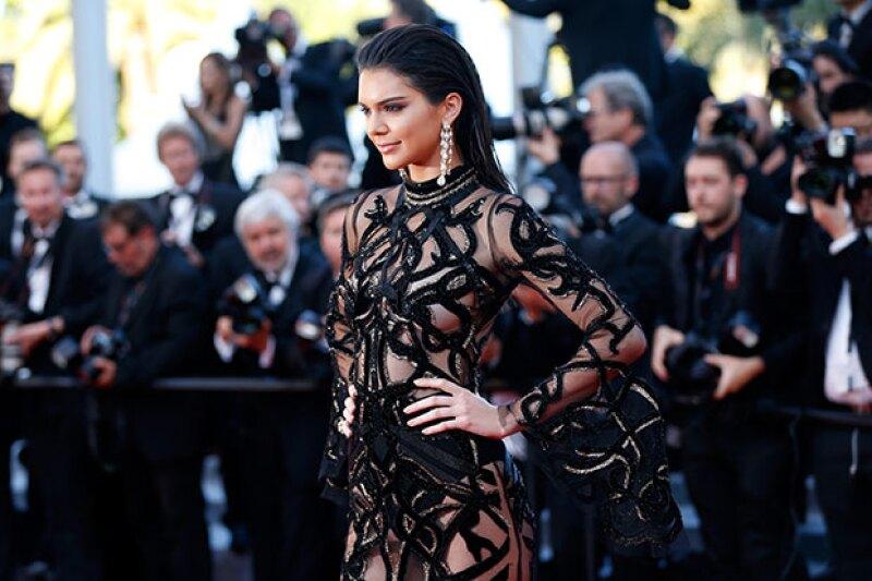 Aunque hace unos días sorprendió con su escote, en esta ocasión la top modelo dejó a todos con la boca abierta en el festival gracias a un vestido see through de serpientes.