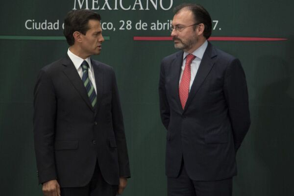 CIUDAD DE MÉXICO, 28ABRIL2017.- Enrique Peña nieto, presidente de la República, y Luis Videgaray, secretario de Relaciones Exteriores, durante la ceremonia de Reconocimiento al Servicio Exterior Mexicano. FOTO: TERCERO DÍAZ /CUARTOSCURO.COM