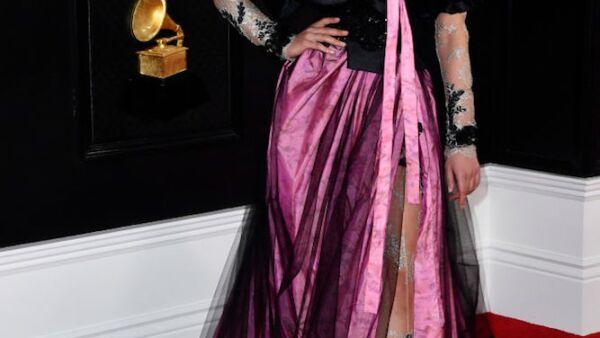 Hay mucha información en un sola imagen. El vestido de FKA Twiggs tiene cuatro tipos de tela y transparencias, además no favoreció para nada su silueta, da la impresión de ser una mezcla de dos vestidos en un solo look.
