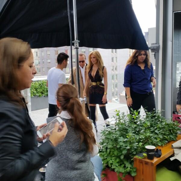 Para la primera toma, Thalía usó un total look de Tory Burch, anillos Atelier y Jessica de Carlo, y pulsera, Ben-Amun.