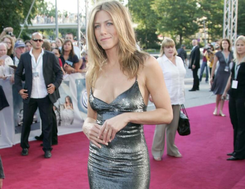 Una fuente cercana a la actriz reveló a la revista Star que Aniston y Justin Theroux esperan a su primogénito y ya tienen casi todo listo para su boda en julio próximo.