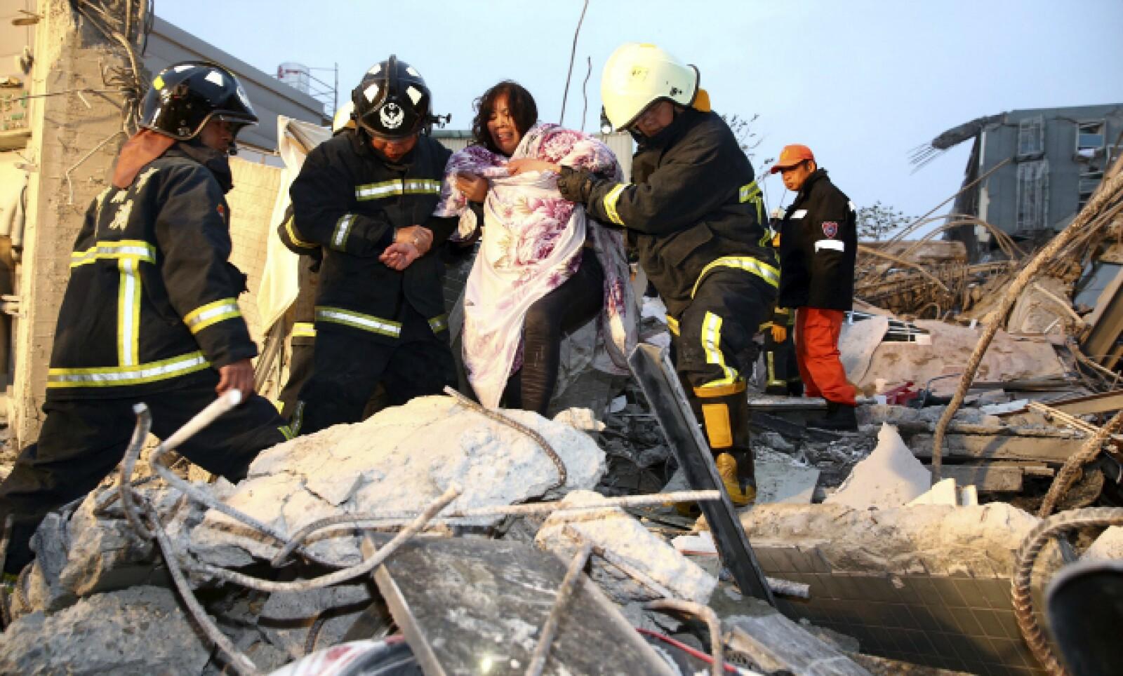 126 personas han sido rescatadas de los escombros.