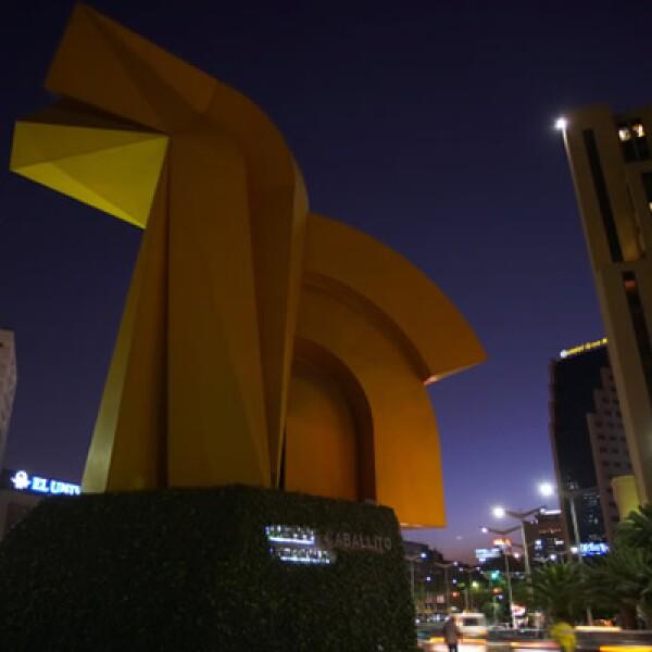 """Realizada por el artista Enrique Carbajal (alias """"Sebastián""""), esta monumental escultura recuerda el original caballito que se ubica en el Museo Nacional de Arte."""