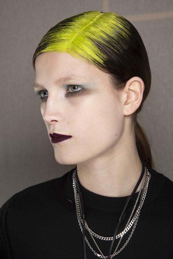 billie eilish-raíz neon-pelo-beauty look-pasarelas-parís-dries van noten-1