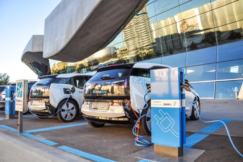 Autos eléctricos estacionados