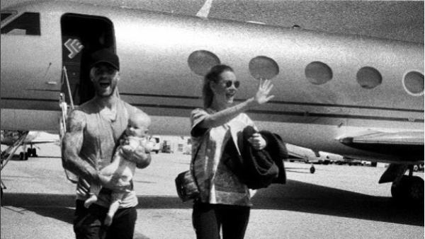 Behati Prinsloo y Adam Levine posaron en familia como pocas veces lo han hecho para el público. (Foto: Instagram)