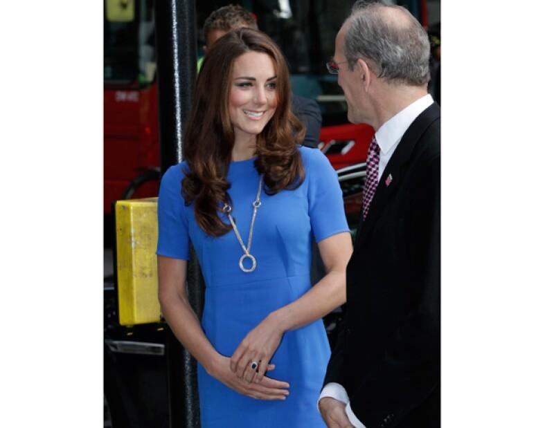 El Palacio de Buckingham donó a la fundación de los duques de Cambridge y el príncipe Enrique más de 300 mil euros, sólo por la exposición del vestido de novia de Kate.