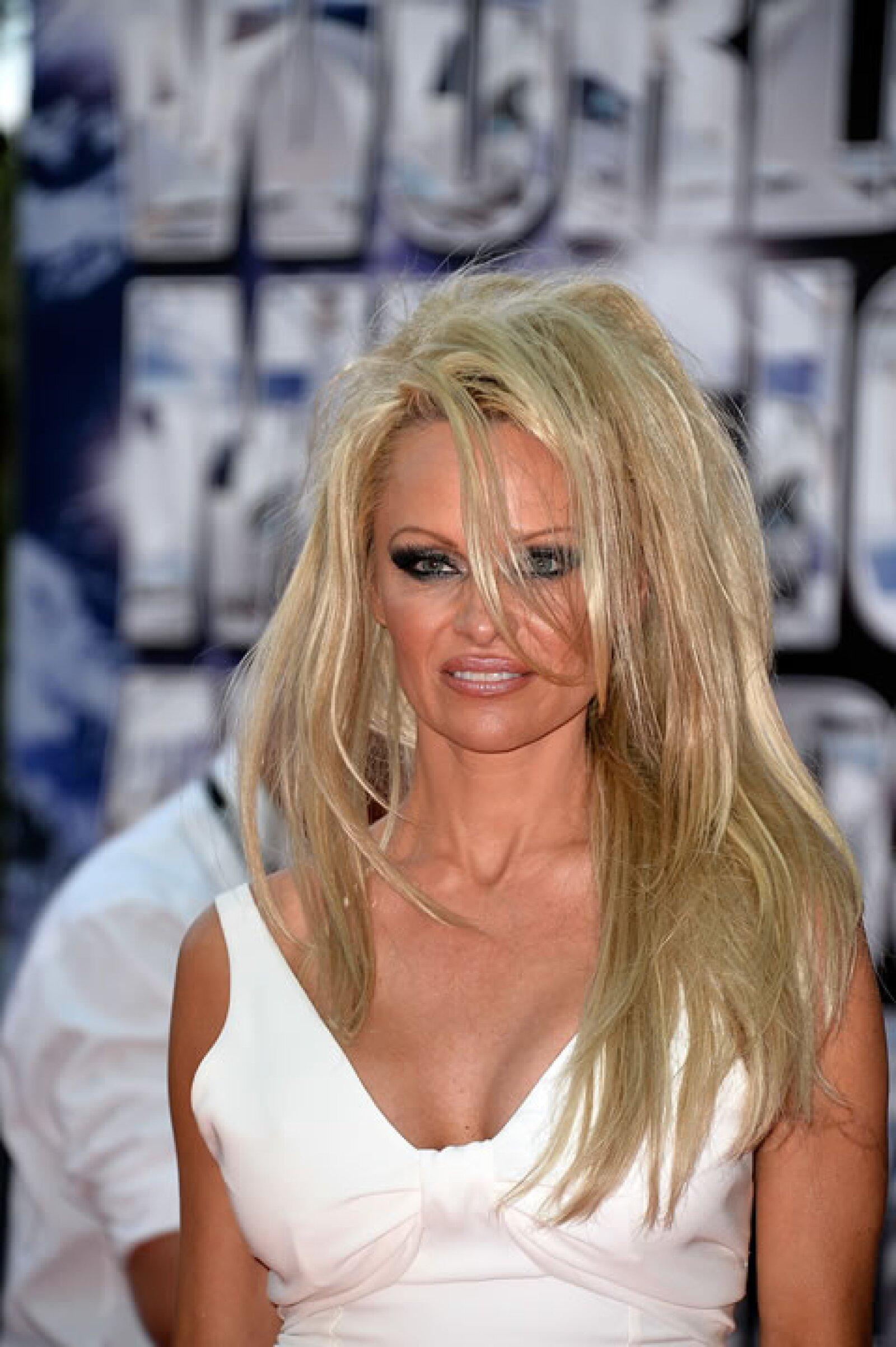 Pamela Anderson- Exageró en volumen  y además no existe orden alguno en el acomodo de su pelo.