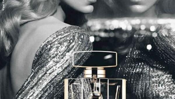 Increíblemente hermosa fue la imagen para la fragancia de Gucci, personificando una diva de gala en escala de grises.