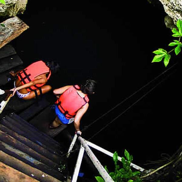 Los mayas pensaban que debajo de estas aguas puras que había en los cenotes fluían las oscuras aguas del inbalsaagua.jpgframundo, donde habitaban los dioses que daban muerte a los hombres.