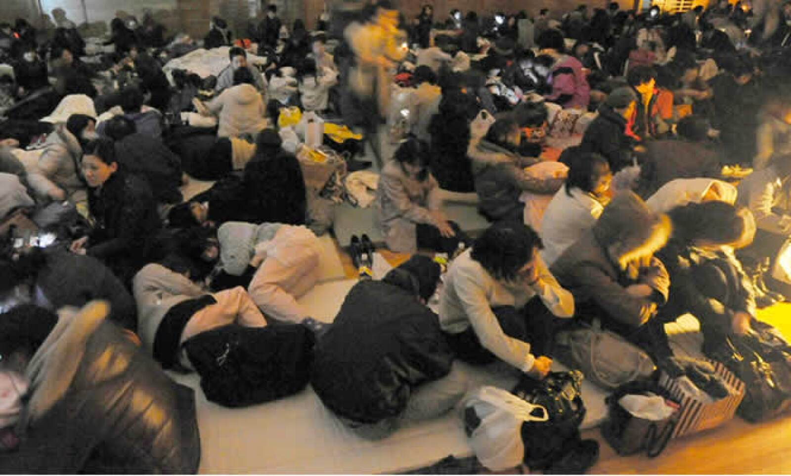 La mayoría de las personas no han podido regresar a sus casas, y ahora se encuentran durmiendo en refugios temporales. En la imagen, uno de los centros en Sendai, en el noreste del país.