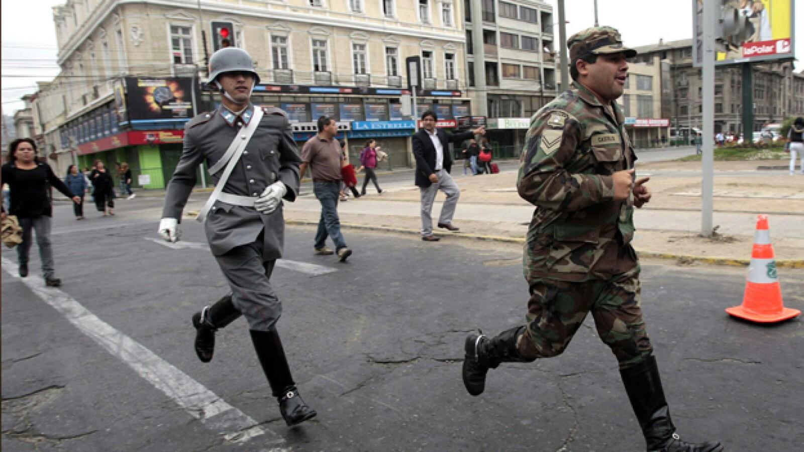 Militares corren durante una alerta de tsunami, en Valparaíso, tras un sismo que impacto la zona central de Chile